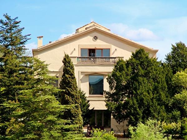 Torre Nova Resort, apartamentos Montserrat, Castillo y Bodega (de arriba a abajo)
